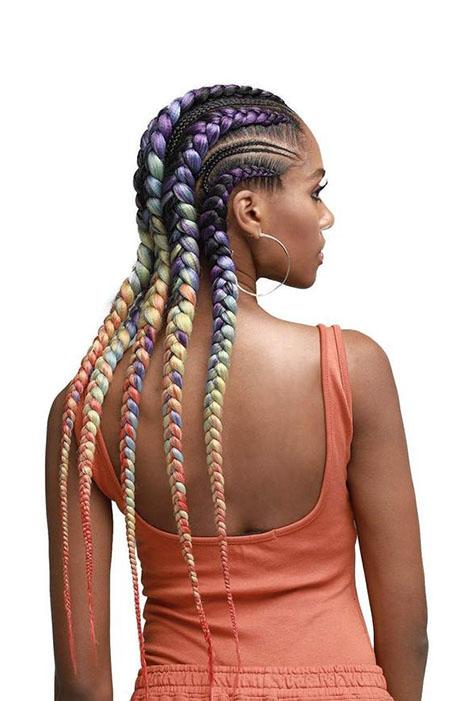 Девушка в голландскими косами с разноцветными прядями