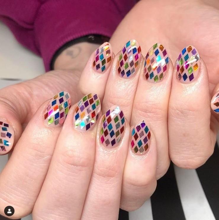 Маникюр на овальных ногтях с разноцветными блестками