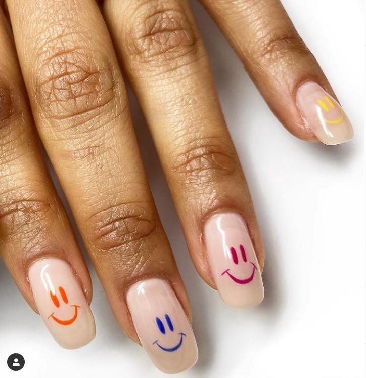 Молочный маникюр на длинных натуральных ногтях с веселым принтом