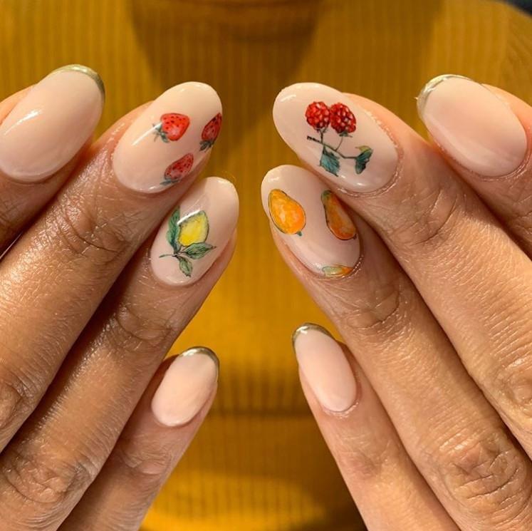 Нюдовый маникюр с яркими фруктами на овальных ногтях