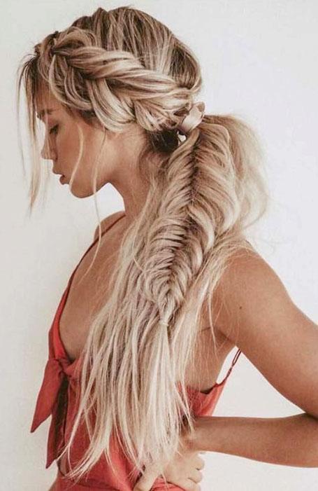 Сочетание голландсой косы и рыбий хвост на длинных светлых волосах
