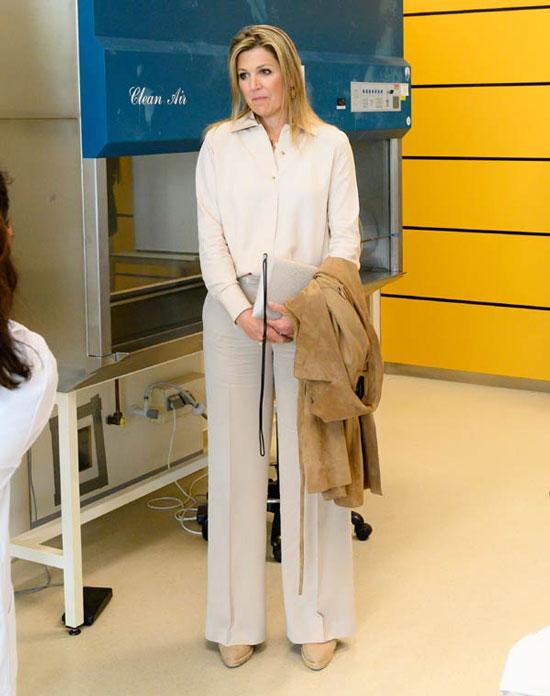 Королева Нидерландов в свободных брюках, рубашке и плаще от Massimo Dutti