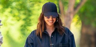 Ирина Шейк в джинсовой рубашке оверсайз и дизайнерских ботинках на прогулке с дочерью