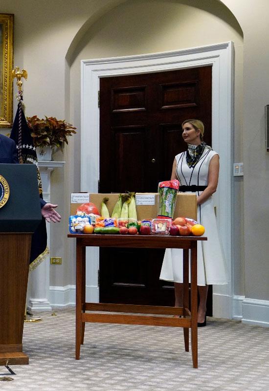Иванка Трамп в женственном платье-миди и декоративном шарфике на шее