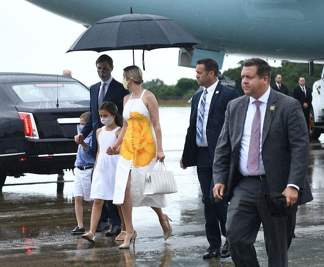 Иванка Трамп в белом сарафане с принтом и большой сумкой