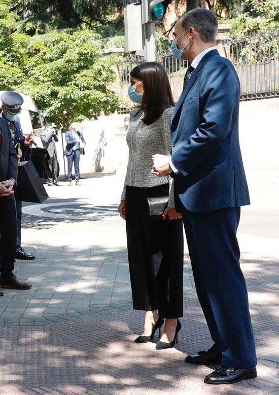 Королева Испании в сером жакете в стиле Шанель, черных брюках и лодочках