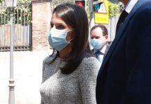Королева Испании в элегантном твидовом жакете и свободных немного укороченных брюках