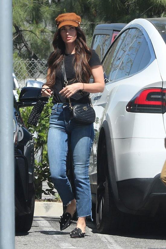 Меган Фокс в синих джинсах, кепке и черных мюлях