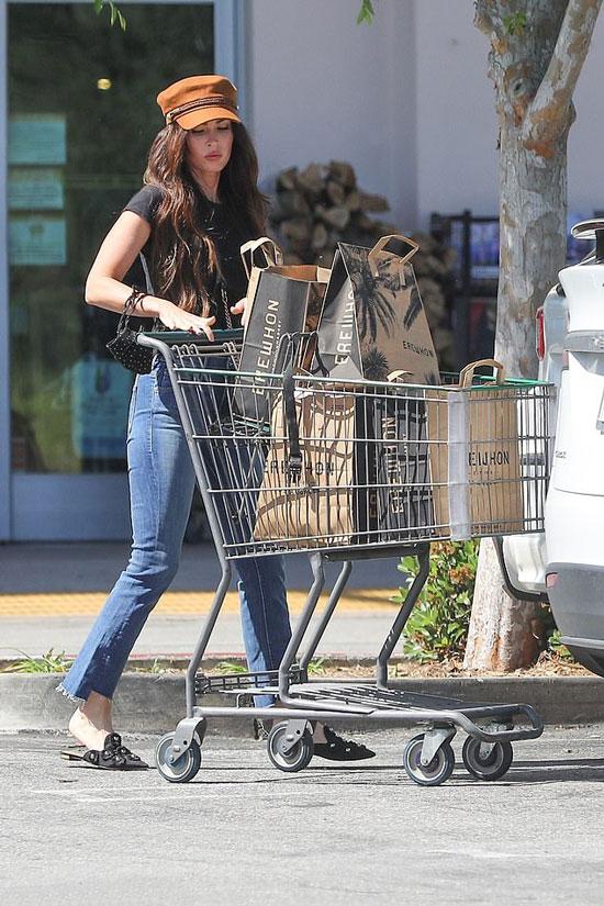 Меган Фокс в мюлях с жемчужинам, кепке и джинсах