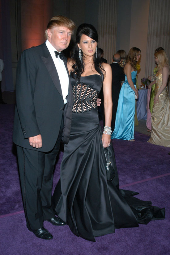 Мелания Трамп в черном платье в пол и бриллиантовых украшениях