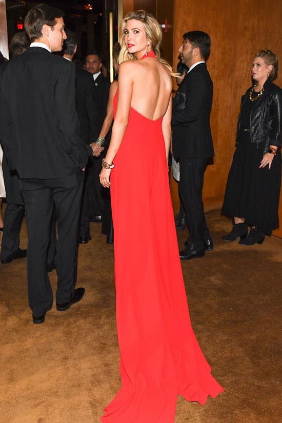 Иванка Трамп в красном длинном платье с открытой спиной