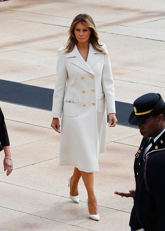 Мелания Трамп в белом пальто с золотыми пуговицами и карманами