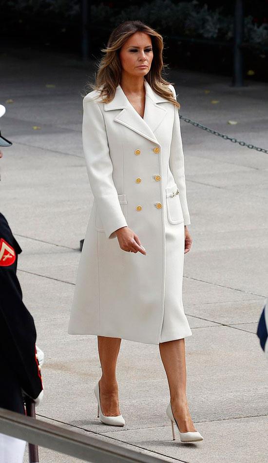 Мелания Трамп в белом пальто двубортном пальто от Gucci и белых туфлях