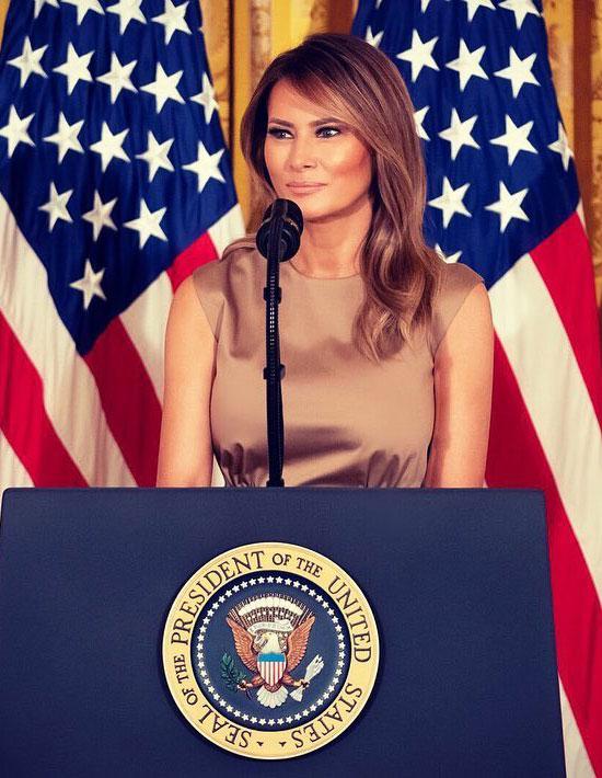 Мелания Трамп в платье цвета шампанского без рукавов