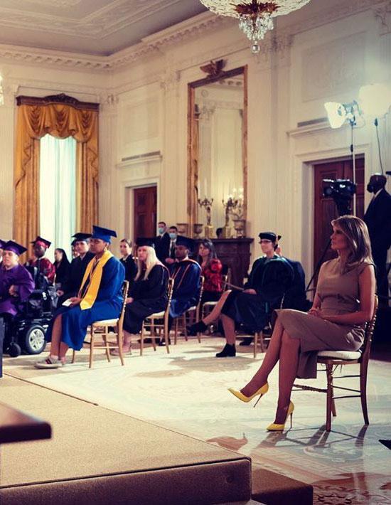 Мелания Трамп в платье цвета шампанского без рукавов и лимонных лодочках