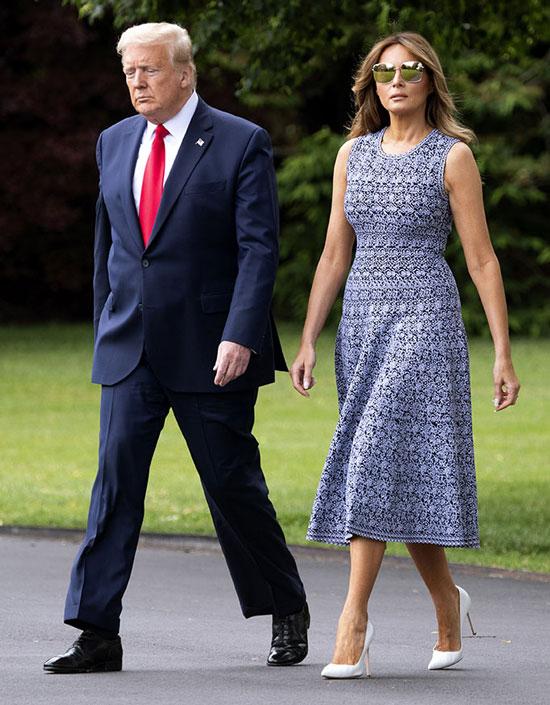 Мелания трамп в темно-синем платье без рукавов и лодочках