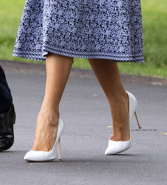 Мелания трамп в темно-синем платье с зубчатой отделкой и белых туфлях