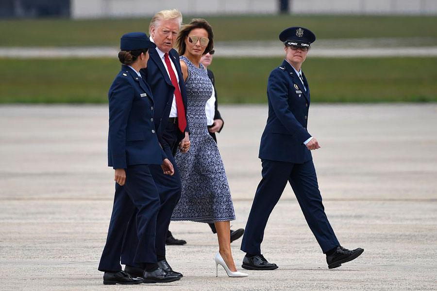 Мелания трамп в синем платье и зеркальных очках