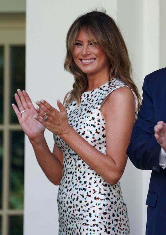 Мелания Трамп в платье-миди с разноцветным принтом