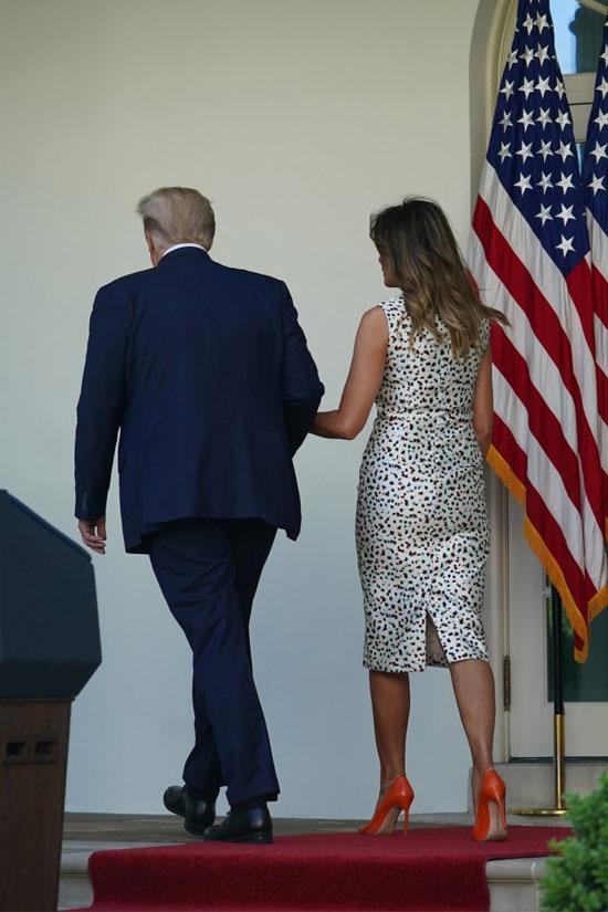 Мелания Трамп в платье-миди без рукавов и оранжевых туфлях на шпильке