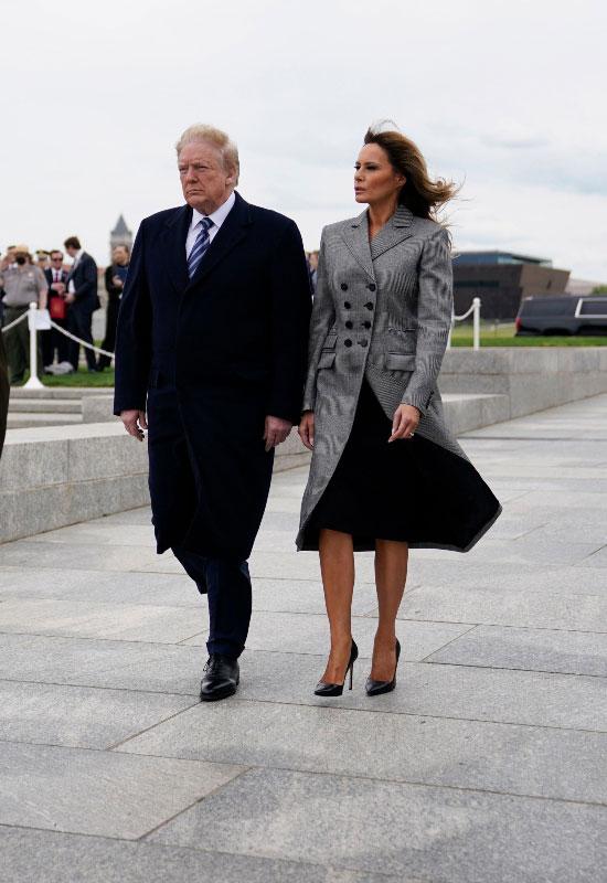 Мелания Трамп в сером пальто в полоску и классических лодочках