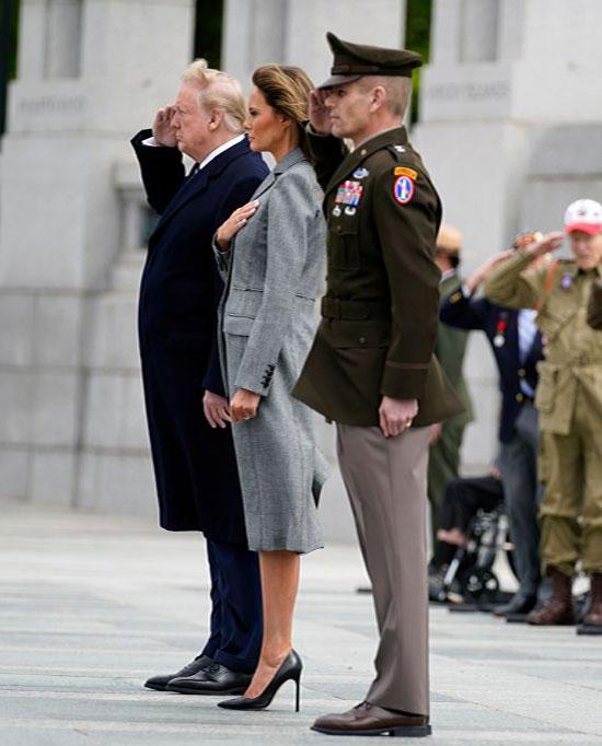 Мелания Трамп в сером двубортном пальто