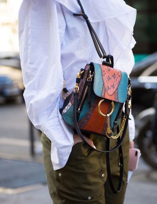 С чем женщинам носить рюкзак