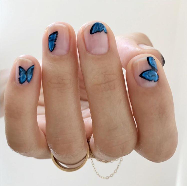 натуральные ногти с прозрачной основой и бабочками