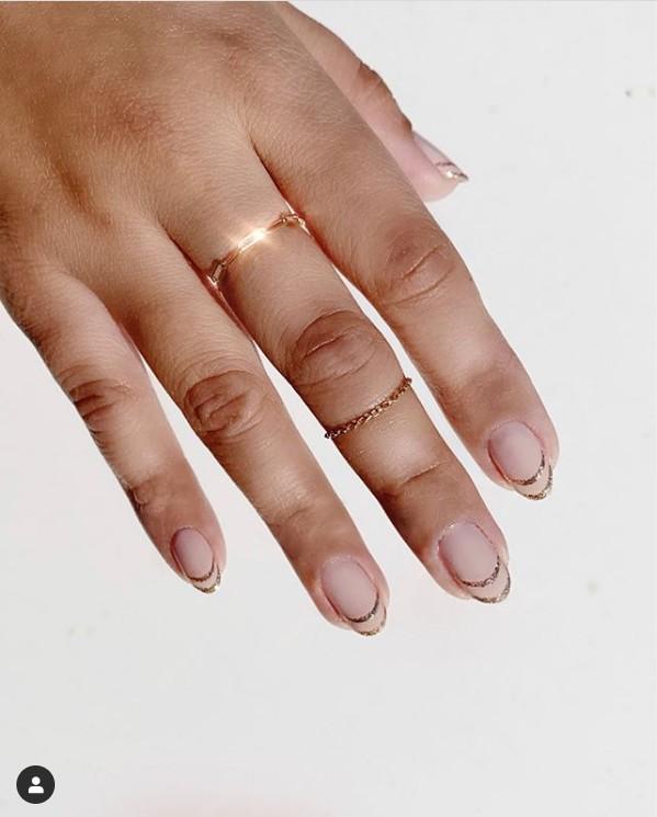 натуральные овальные ногти с двойным френчем