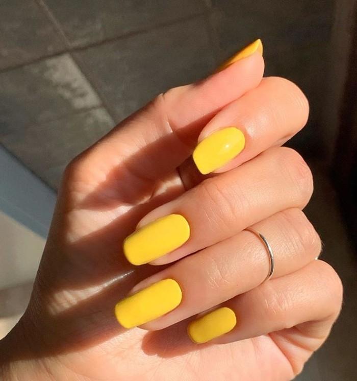 простой желтый маникюр на длинных ногтях