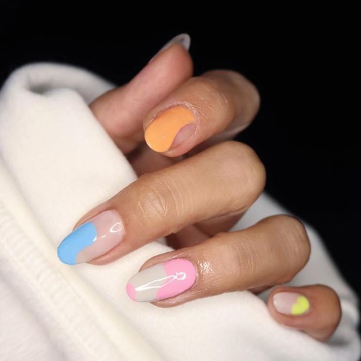 разноцветный маникюр на овальных ногтях
