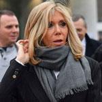 Брижит Макрон - в черном пальто и сером шарфе