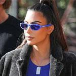 Ким Кардашян - в синей футболке и черной шубе