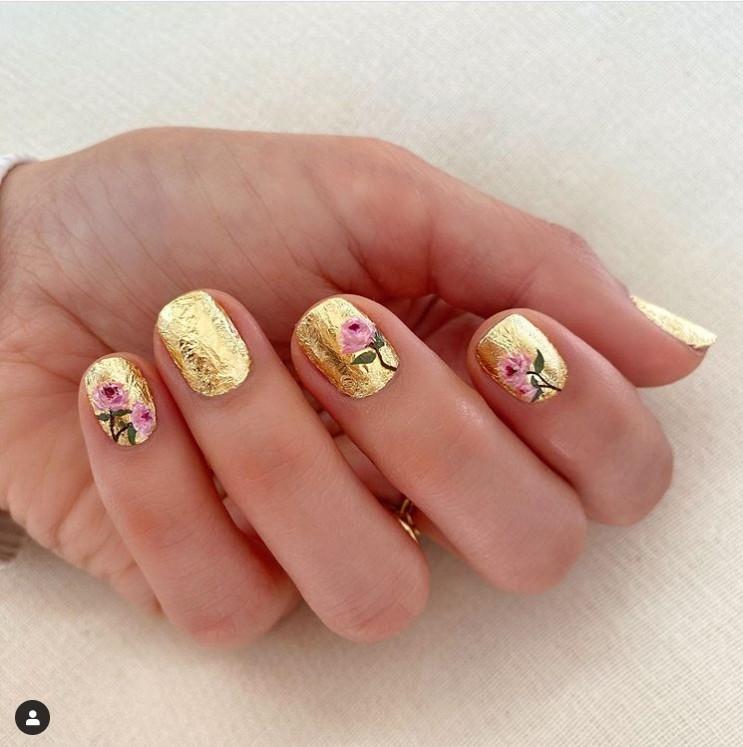 золотой маникюр с цветочным принтом на коротких ногтях
