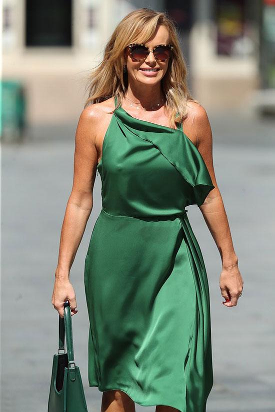 Аманда Холден в изумрудном платье с асимметричным кроем