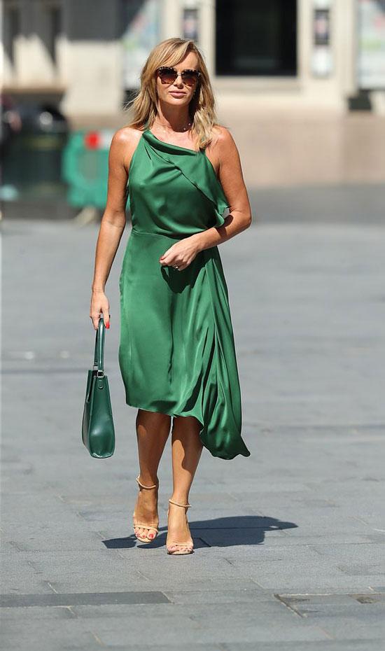 Аманда Холден в изумрудном асимметричном платье и босоножках