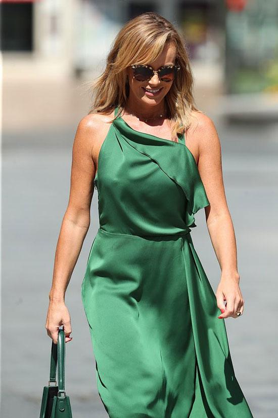 Аманда Холден в изумрудном платье миди и очках