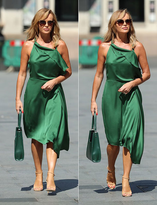 Аманда Холден в изумрудном платье миди и бежевых босоножках