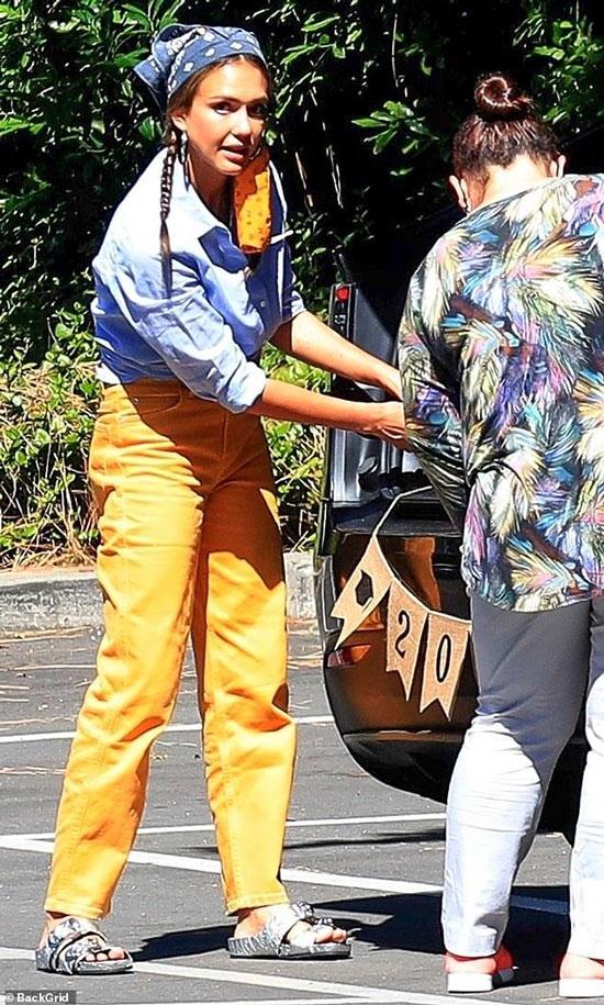 Джессика Альба в синей рубашке и ярких джинсах
