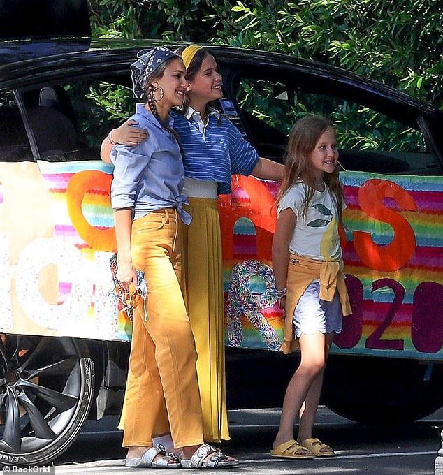 Джессика Альба в джинсах цвета апельсина, рубашке и бандане