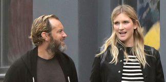 Джуд Лоу с женой в черных комфортных образах прогуливаются по улице и выглядят счастливо