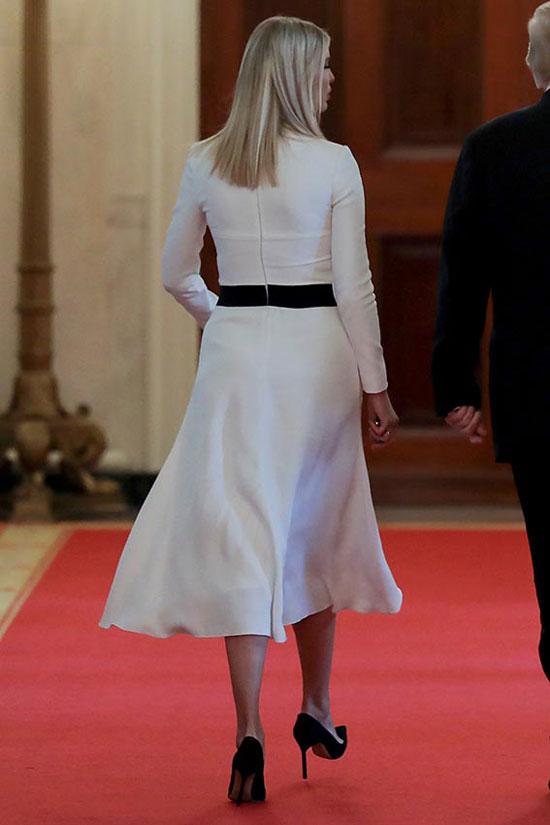 Иванка Трамп в белом платье с черной полоской на поясе и лодочках