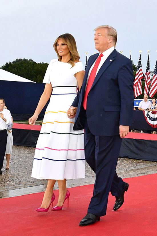 Мелания Трамп в белом платье с разноцветными полосками и малиновых лодочках