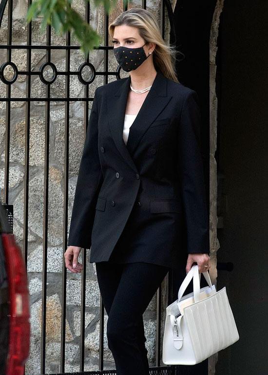 Иванка Трамп в черном двубортном пиджаке и белом топе