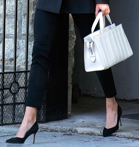 Иванка Трамп в черных укороченных брюках, лодочках и с белой сумкой
