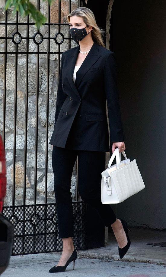 Иванка Трамп в двубортном пиджаке, строгих брюках и лодочках