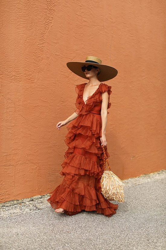 Платье со шляпой и сумкой для образа в отпуск 2020