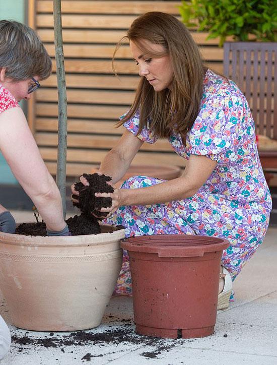 Кейт Миддлтон в цветочном платье и эспадрильях на танкетке