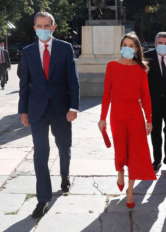 Королева Испании в ярко-красном платье миди