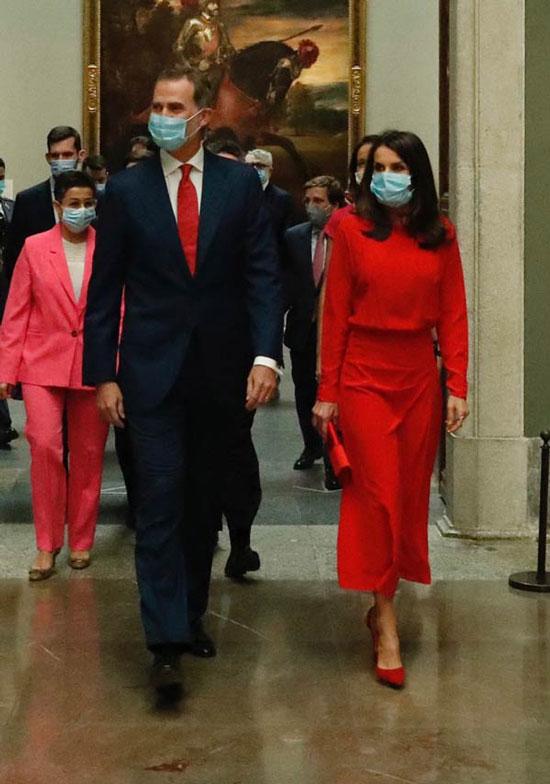 Королева Испании в красном платье, лодочках и с клатчем в руках
